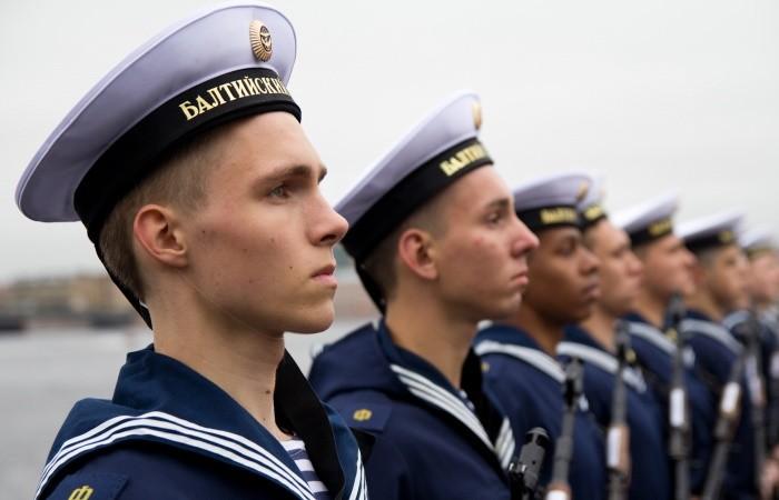 Почему у моряков на бескозырке две ленточки